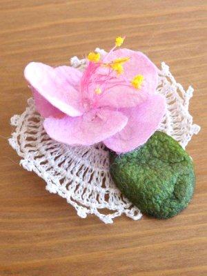 画像1: オデミシュ コザ(蚕のまゆ)のシルクブローチ:ベビーピンク