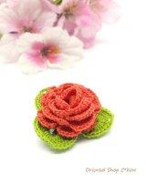 バラの小さいブローチ|人工シルク糸|コーラルレッド