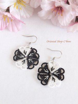 画像1: とっても軽い☆イーネオヤピアス 5枚花 ブラックホワイト・A
