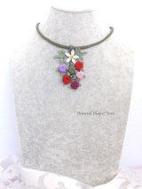 シルクイーネオヤネックレス|ベリーとお花の束